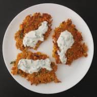Placki z batata i marchewki z sosem pietruszkowym