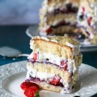Tort śmietankowy z jagodami, borówkami i truskawkami – mini torcik