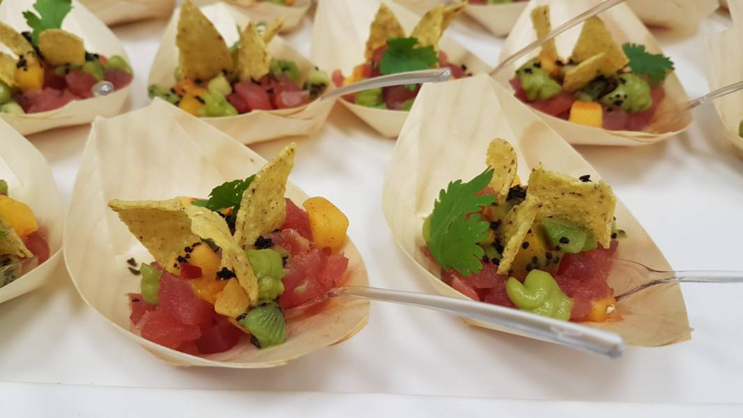 Tatar z tuńczyka z kiwi i salsą mango