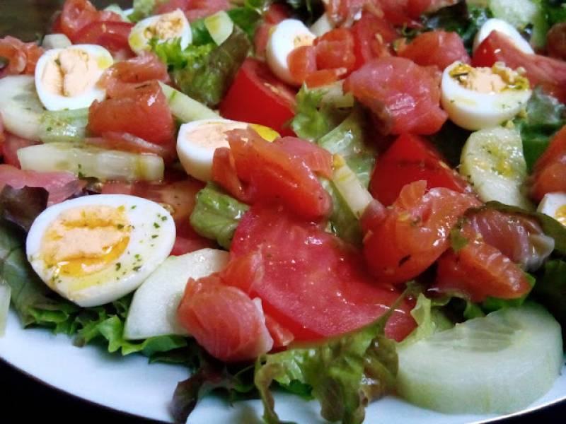 Sałatka z wędzonym łososiem i jajkiem przepiórczym