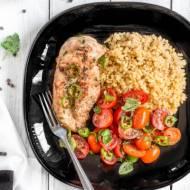 Kurczak tahini z kaszą bulgur i sałatką z pomidorków