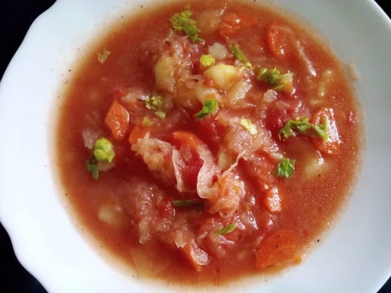 Kapuśniak na żeberkach z  pomidorami