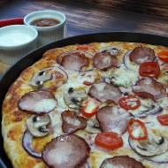Puszysta pizza z kiełbasą krakowską
