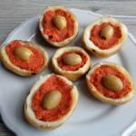 Ziemniaczane łódeczki faszerowane pomidorowo-paprykową pastą