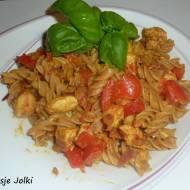 Makaron z indykiem , papryką , pomidorem i curry