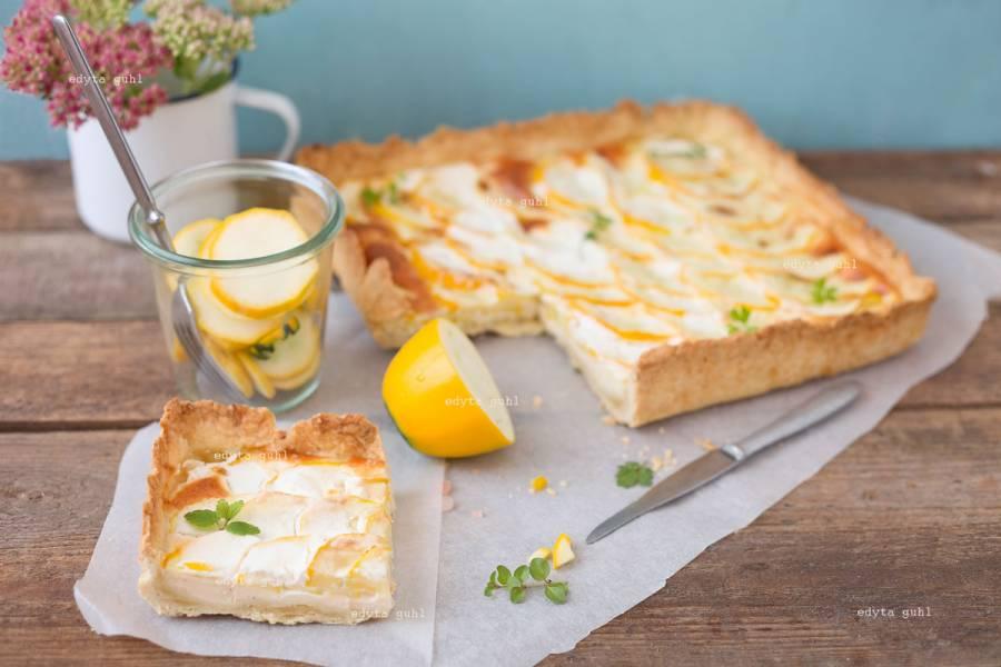 Francuska tarta z żółtą cukinią w plasterkach