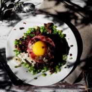 Tatar z kiszonym czosnkiem i czerwoną quinoą