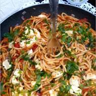 Spaghetti w paprykowo-pomidorowym sosie z serem owczym od Owcza Kraina