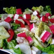 Sałatka z paluszkami surimi, ogórkiem i białą rzodkwią