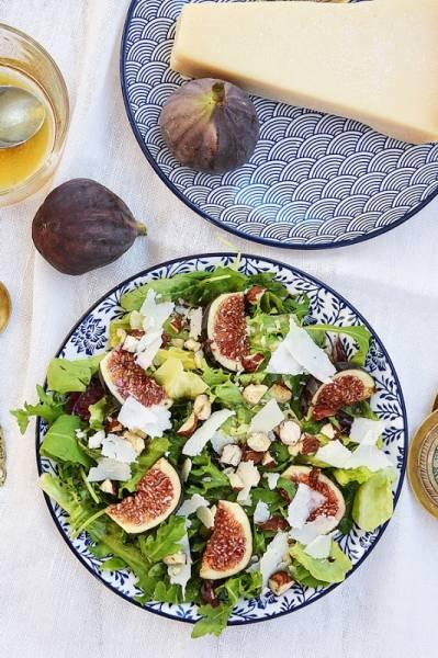 Sałatka z figami, orzechami laskowymi i grana padano