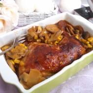 Pieczone ćwiartki z kurczaka z pieczarkami i kukurydzą.