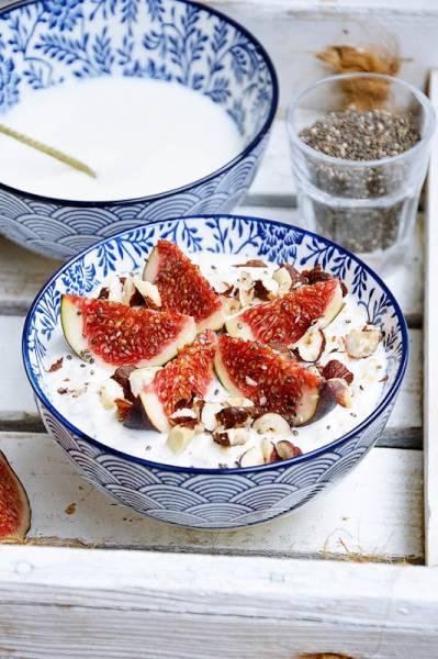 Jogurt z płatkami owsianymi, figami i orzechami laskowymi