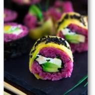 Różowe sushi z awokado, wędzonym tofu i mango