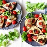 Grzanki z serem, pieczarkami i sosem ziołowym