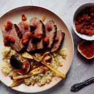 Pierś z kaczki z quinoą, smażoną pietruszką, konfiturą z jarzebiny i figą