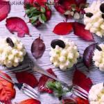 Muffinki z białą czekoladą, kremem mlecznym i gorzkimi guziczkami