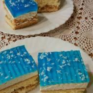 Ciasto biszkoptowe z kajmakiem i niebieską galaretką