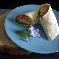 Tortilla z jajecznicą i warzywami, szynką i serem