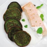 Filet z łososia na parze z zielonymi plackami szpinakowymi i miętowym sosem