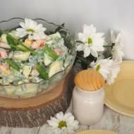Sałatka z zieloą fasolą szparagową i surimi