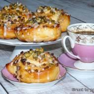 Ślimaczki drożdżowe z pistacjami i masłem orzechowym