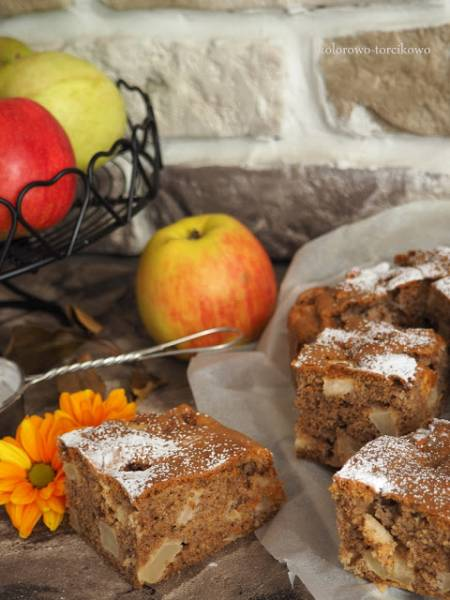Orkiszowe ciasto z orzechami i jabłkami