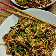 chow mein z kiełkami i kurczakiem teryiaki