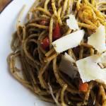 Spaghetti pełnoziarniste z pesto bazyliowym.
