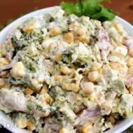 Sałatka brokułowa z jajkami, kukurydzą i wędzonym kurczakiem