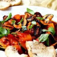 Grillowane warzywa z kiełbasą wiejską w pomidorach
