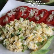 Jajecznica ze szczypiorkiem i awokado