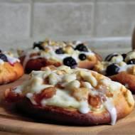 Bułki drożdżowe z serem i owocami