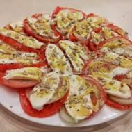 Pomidory z mozzarellą cebulą i słonecznikiem