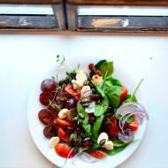 Sałatka z winogronem, mozzarellą i suszonymi pomidorami na szpinaku