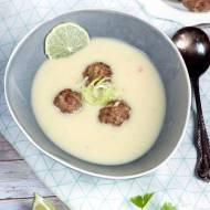 Zupa porowa z mlekiem kokosowym i limonką z pulpecikami drobiowymi