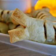 Halloween: Kości z ciasta francuskiego z frankfurterkami i sosem bbq