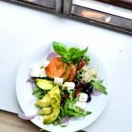 Sałatka z pieczonym batatem i awokado