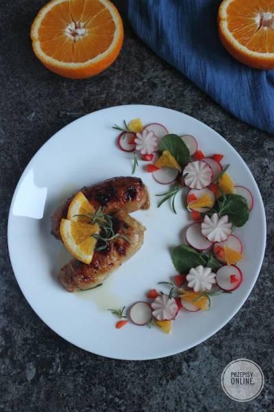 Aromatyczne mięso z ćwiartek z kurczaka pieczone w drobiowych skórkach