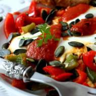 Jaja sadzone na pomidorach i papryce z nutą imbiru