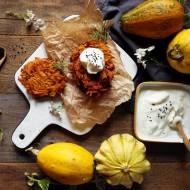 Bezglutenowe placki z dyni z suszonymi pomidorami i wędzoną śmietaną