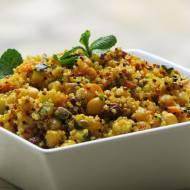 Aromatyczna sałatka z ciecierzycą, kaszą quinoa, warzywami oraz świeżą miętą