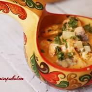 Łagodna kremowa zupa curry z łososiem i krewetkami