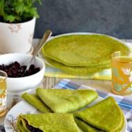 Puszyste zielone naleśniki orkiszowe z pikantną konfiturą wiśniową