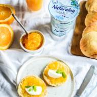 Scones na jogurcie z dżemem pomarańczowym