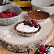 Śniadaniowe mini tarty z jogurtem waniliowym i owocami