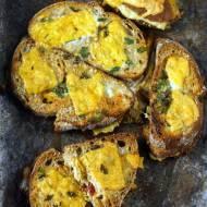Zapiekanki z chleba, musztardy, sera i szynki