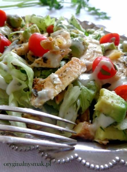Sałatka z kurczakiem, awokado, pomidorkami, orzechami i sosem z gorgonzoli