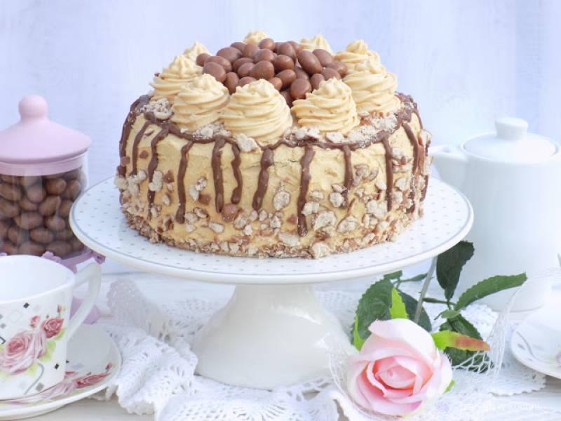 Urodzinowy tort z masłem orzechowym.