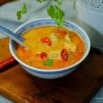 Tajska zupa Tom Yum z kurczakiem