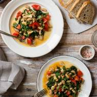 Pomysł na kolację - fasolka ze szpinakiem, pomidorem i harissą